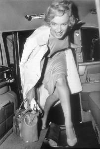 Мерилин Монро выходит из машины