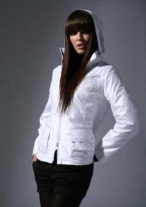 яркая белая  куртка осенняя