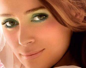 """Брюнеткам с зелеными глазами идеально подходит макияж  """"дымчатые глаза """"."""