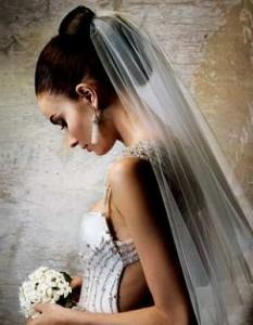 прическа на свадьбу длинная фата