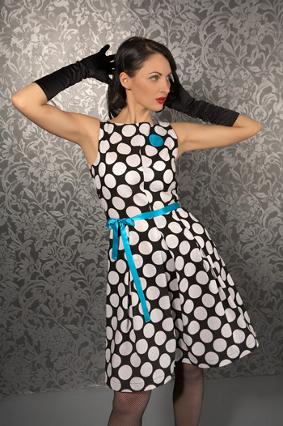 черное платье в белый горошек с голубым поясом