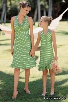 зеленое платье в белый горошек