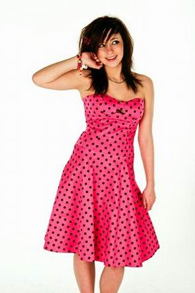 розовое платье в черный горошек