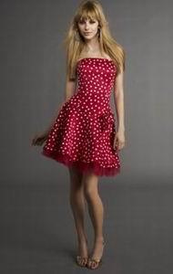 красное атласное платье в горошек