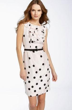 белое платье в черный горошек с поясом