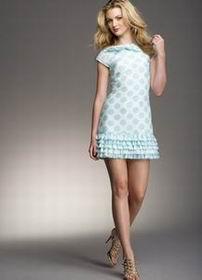 короткое голубое платье в горошек