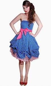 синее платье в горошек в розовым поясом