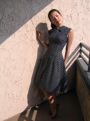 черное платье-поло в мелкий белый горошек