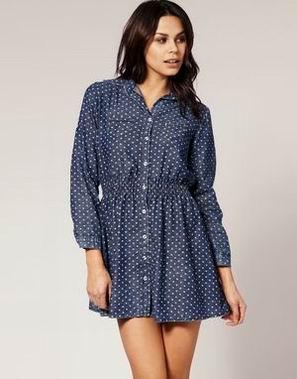 синее платье-рубашка в горошек