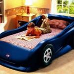 Кроватка-машинка в интерьере детской комнаты