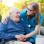 Обязанности сиделки для пожилого человека