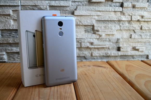 Obzor-stilnogo-metallicheskogo-smartfona-Xiaomi